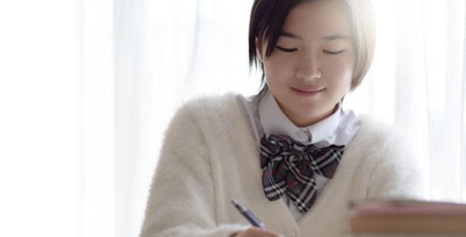 勉強する女生徒の画像